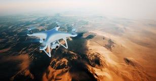 Vitt Matte Generic Design Air Drone för foto flyg i himmel under jordyttersidan Obebodd ökenbergsolnedgång Royaltyfri Bild