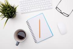 Vitt minsta skrivbordkontor med koppen kaffe Arkivbilder