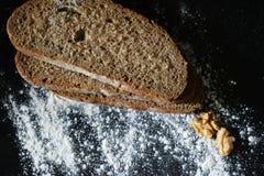 vitt mjöl och mörkt bröd Arkivbild