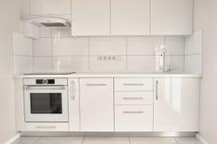 Vitt modernt kök i modern lägenhet royaltyfri fotografi