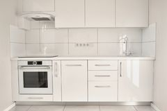 Vitt modernt kök i modern lägenhet royaltyfria foton