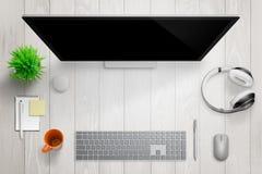 Vitt modernt skrivbord med datorskärm Fritt avstånd för text Royaltyfri Fotografi