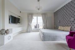Vitt modernt sovrum Arkivfoto