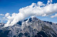 Vitt moln bredvid berget med blå himmel Royaltyfri Fotografi