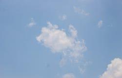 Vitt moln på blå himmel i Thailand fotografering för bildbyråer