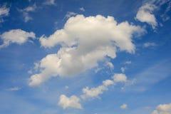 Vitt moln på en blå himmel den härliga bluen clouds skywhite Arkivfoto