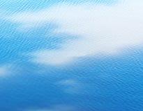 Vitt moln reflekterat i vatten royaltyfria foton
