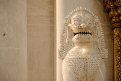 Vitt mytiskt vaktlejon framme av den berömda marmortemplet royaltyfria bilder