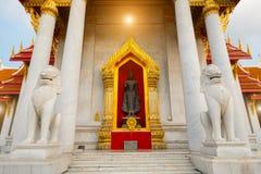 Vitt mytiskt vaktlejon framme av den berömda marmortemplet i Wat Benchamabophit royaltyfria foton