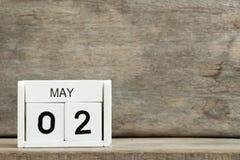 Vitt närvarande datum 2 för kvarterkalender och månad Maj på träbakgrund royaltyfria bilder
