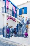 Vitt och blått traditionellt grekiskt hus royaltyfri foto