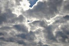 Vitt och grått moln ett dystert väder arkivbild