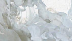 Vitt och guld- färgpulver i vatten lager videofilmer