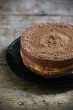 Vitt och mjölka den enkla men rika efterrätten för chokladkakan Arkivbild