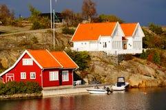 Vitt och rött hus nära fjorden Kragero, Portor Fotografering för Bildbyråer