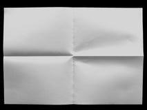 Vitt ojämnt ark av papper på den svarta bakgrunden Royaltyfri Bild