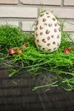 Vitt påskägg för choklad med röda konfektar och gräsplan 4 royaltyfria foton