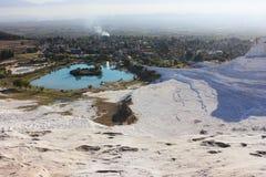 Vitt Pamukkale landskap i Denizli Turkiet arkivfoto