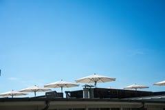 Vitt paraply i sommarsol Arkivbild