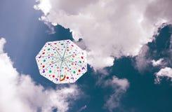 Vitt paraply under blå himmel Royaltyfri Bild