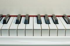 Vitt piano royaltyfri fotografi