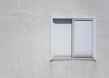 Vitt plast- fönster på den vita betongväggen Royaltyfri Bild