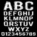 Vitt polygonal brutet alfabet på en svart Arkivbild