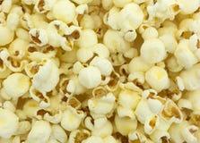 Vitt popcorn för cheddarost arkivbilder