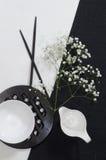 Vitt porslin på svartvita linneborddukar. royaltyfri fotografi