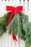 Vitt posteringstaket, girland och röd pilbåge I Royaltyfri Fotografi