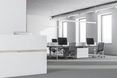 Vitt recptionskrivbord i modern kontorssidosikt Royaltyfri Bild