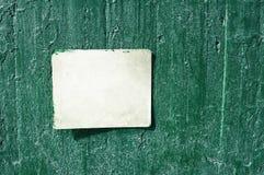 Vitt rostigt grungy gammalt tecken på en cementvägg Royaltyfria Foton