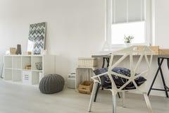Vitt rum med crystal stol arkivfoton