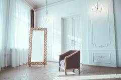 Vitt rum med en tappningdörr, en spegel och en fåtölj arkivfoto