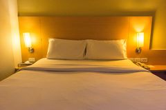 Vitt sängrum Royaltyfria Bilder