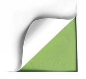 Vitt sönderrivet papper för hörn med grön bakgrund arkivbild