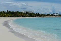 Vitt sandstrand och hav, västra stimfjärd, Anguilla, brittiska västra Indies, BWI som är karibisk Royaltyfri Fotografi