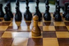 Vitt schack pantsätter bara på en schackbräde arkivfoton