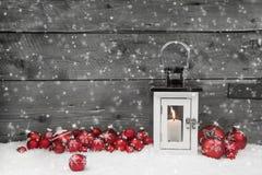 Vitt sjaskigt chic latern för jul med stearinljuset och röda bollar Royaltyfri Bild