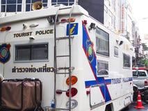 Vitt skåpbil flyttning kontor av den Thailand turistpolisen Arkivfoton