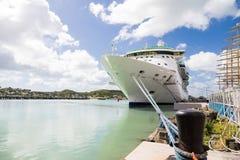 Vitt skepp för svart pollareblåttrep Fotografering för Bildbyråer