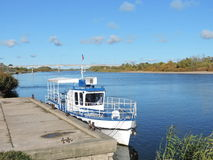 Vitt skepp i floden, Litauen Arkivbilder