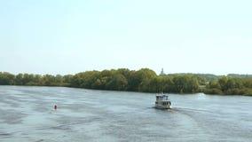 Vitt skepp med turister som svävar på den Volkhov floden arkivfilmer