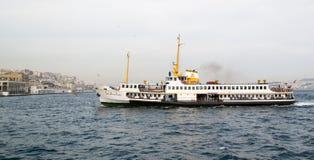 Vitt skepp på vatten Arkivbilder