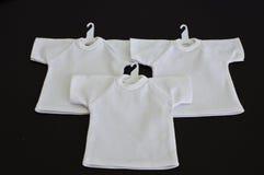 Vitt-skjortor med täcker den isolerade hängaren Arkivbilder