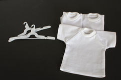 Vitt-skjortor med täcker den isolerade hängaren Arkivbild