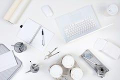 Vitt skrivbord arkivfoton