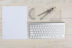 Vitt skrivbord och grafpapper Arkivbild