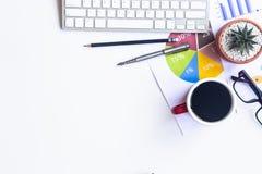 Vitt skrivbordkontor med bärbara datorn, smartphonen och andra arbetstillförsel med koppen kaffe Bästa sikt med kopieringsutrymme arkivfoton