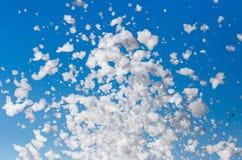 Vitt skum mot den blåa himlen som bakgrund arkivfoton